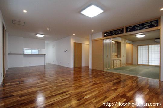 No 0276 白壁に映えるブラウンの床 チーク材 無垢フローリング・床材の通販サイト、サンプルは無料