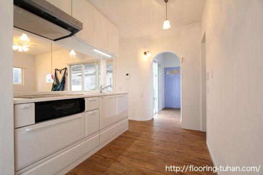 キッチンの床材としてPVCフローリング(デコクリック)を使用した戸建て住宅