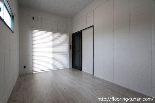 白の壁とフローリングで清潔感のあるお部屋