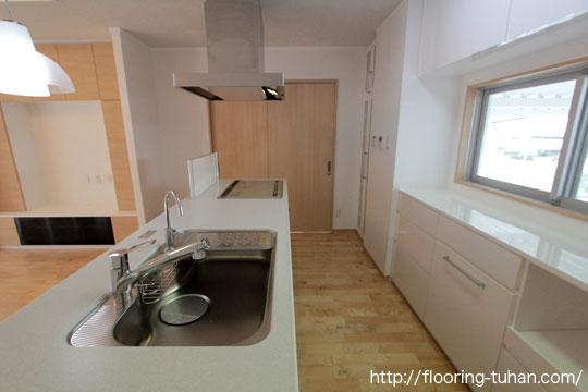 キッチン周りを白系統フローリングのカバ桜を使用して明るい空間に