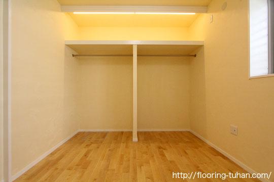 各部屋の床材として、カバ桜無垢フローリングを採用(白基調の住宅で清潔感あふれる空間に)