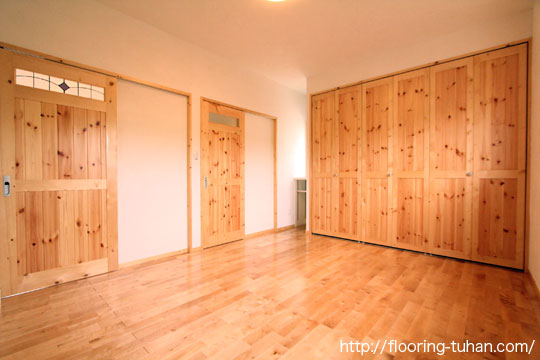 建具にレッドパイン材を、床材にカバ桜(バーチ)材を使用した住宅