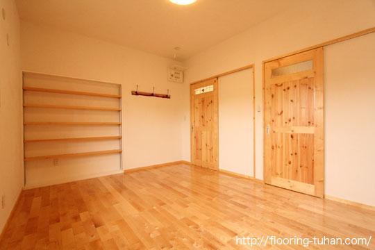 床材としてカバ桜フローリングを、建具にレッドパイン材を使用していただきました