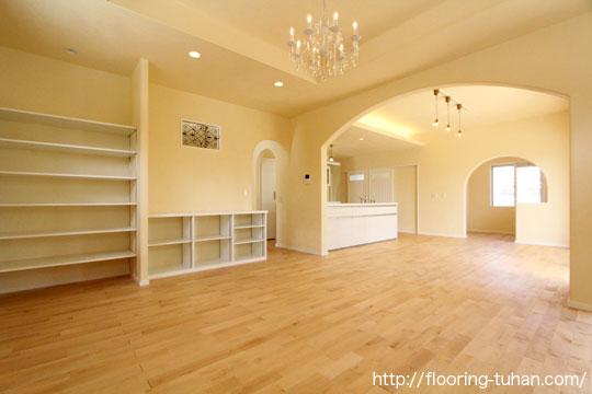 リビングダイニングにカバ桜無垢フローリングの自然塗装仕上げを床材として採用