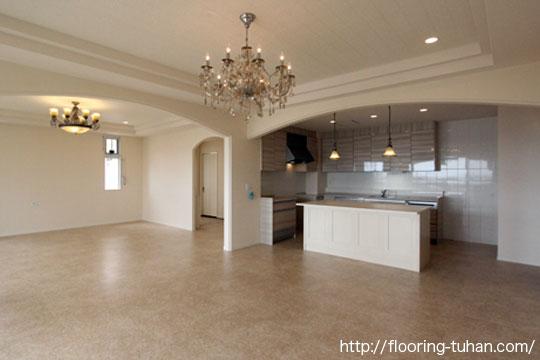 タイルと無垢フローリングの使い分けが素敵な戸建て住宅