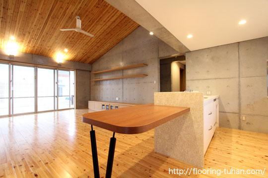 キッチンなど水回りの床材に、桧(ひのき)材を使用した、戸建て住宅