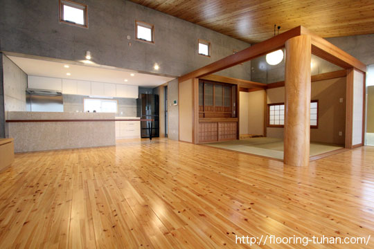 和室にも洋室にもピッタリな、桧フローリングを戸建て住宅の床材として使用