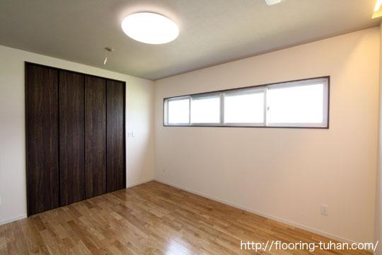 白系統無垢フローリングを採用、広々としたお部屋