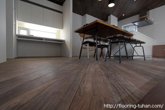 ロックファー無垢フローリング材をオシャレに斜め貼りにしたリビング(ロックファー/無垢床材/黒系統フローリング/黒床)