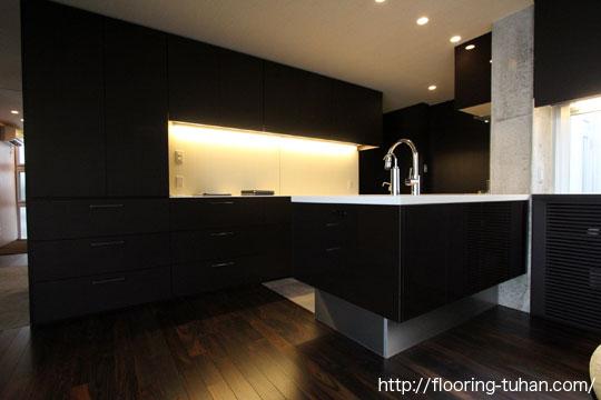 高級感あふれる黒床、ローズウッドの家