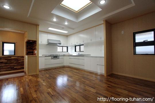 高級感のあるチーク無垢フローリングを使用した戸建て住宅