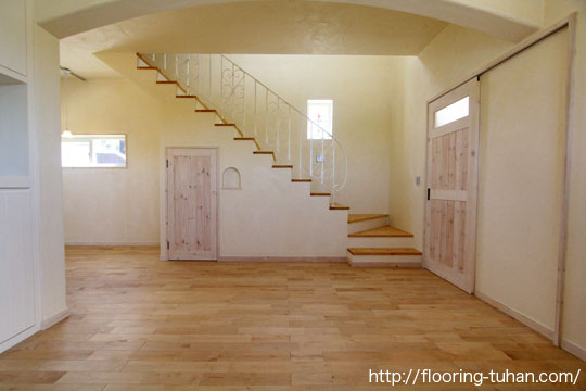 リビングダイニングの床材に白を基調としたカバ桜無垢フローリングを採用
