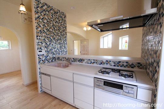 キッチンの床材として、白を基調としたカバ桜無垢フローリングを採用