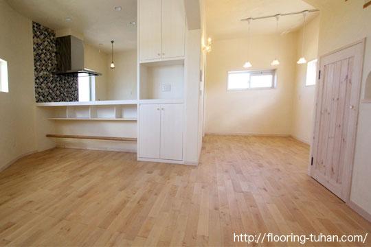 カバ桜無垢フローリングの自然塗料仕上げを戸建て住宅の床材として使用