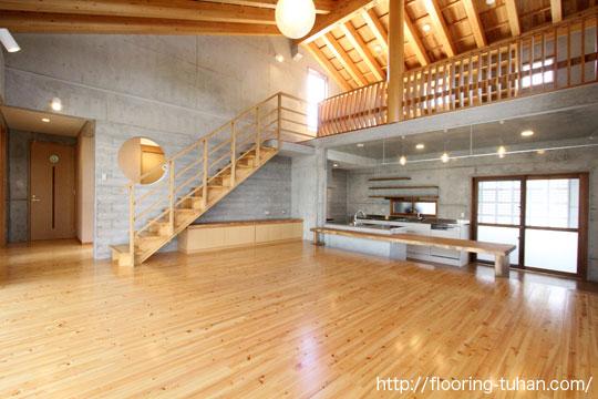 桧無垢フローリングを床材としてコンクリートと一緒の、混構造物件で使用