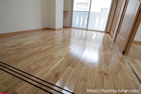 リビングダイニングに白フローリングの楢(ナラ・オーク)材を使用して完成させた住宅兼アパート