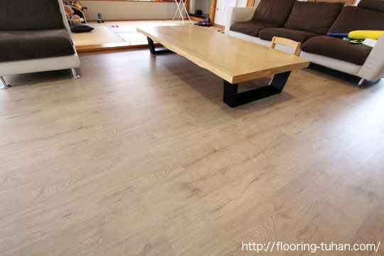 PVCフローリング(デコクリック)をリビングダイニングの床材に使用した物件