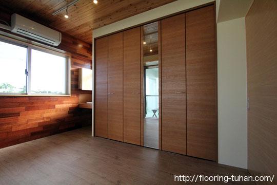 2階建て住宅の屋上ベランダ部分に部屋を増築、床材にPVCフローリング(デコクリック)を使用