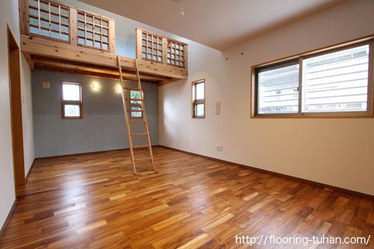 各部屋の床材として、チーク無垢フローリング無塗装品を採用(戸建て住宅)