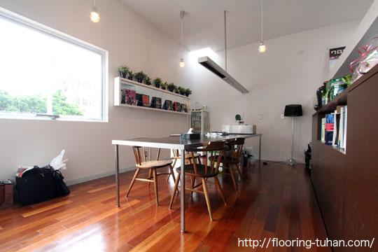セランガンバツ材の赤褐色の色合いがキレイに現れた床(設計事務所の床/セランガンバツ材)