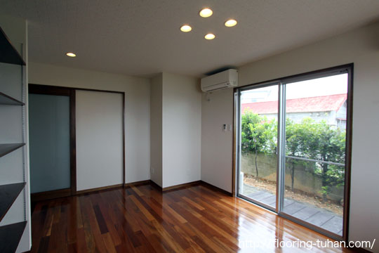 セランガンバツ材を使用してアジアンテイストな雰囲気に仕上がった部屋