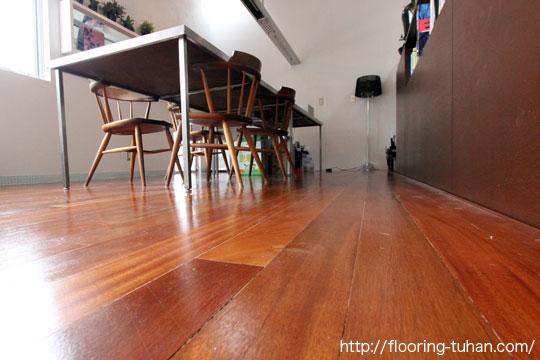 無垢材を使用した、設計士事務所の床(無垢床材/フローリング/バツ材/バンギライ)