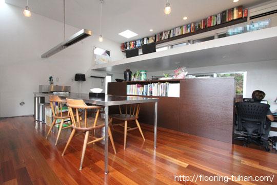 セランガンバツ無垢フローリングを使用した、設計士事務所の床