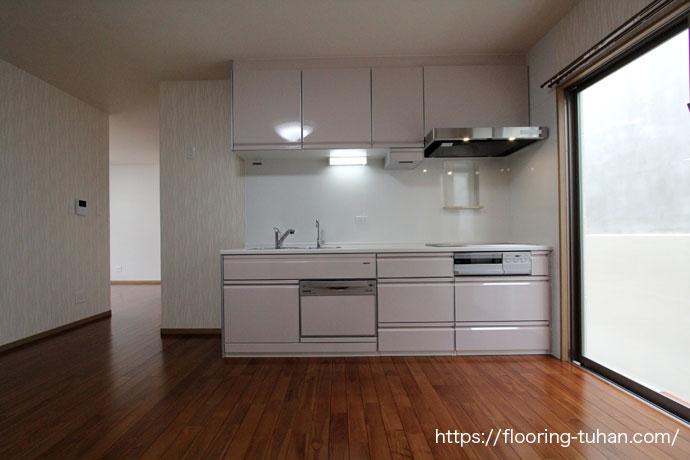 湿気や水に強いチークフローリングをキッチン周りの床材として使用した戸建て住宅
