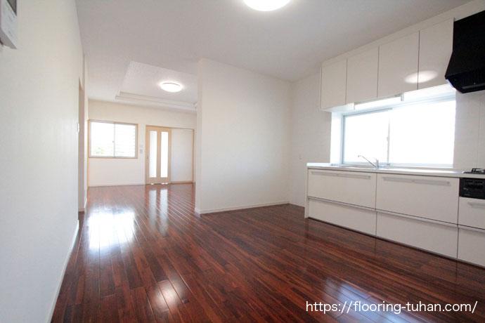 ブラウンチークをキッチン周りの床材として使用した戸建て住宅(チークフローリング、無垢材)