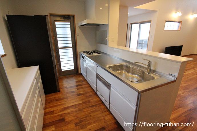 キッチンなどの水回りの床材として、耐水性のあるチークフローリングを使用した住宅