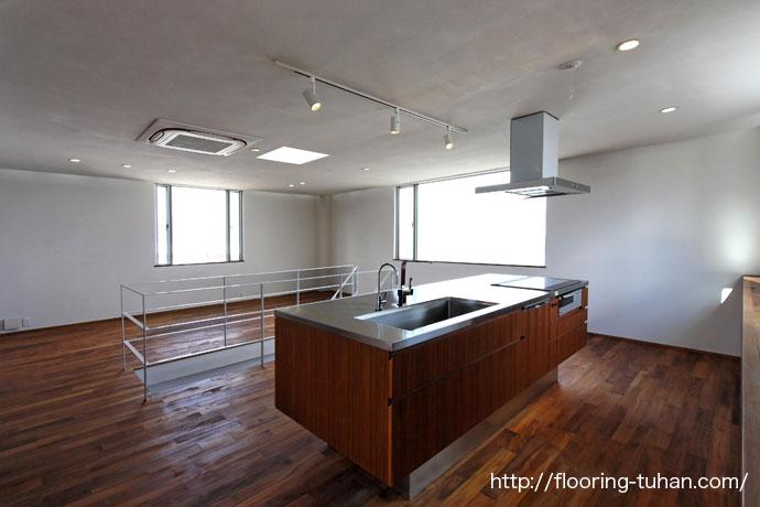 広々としたキッチン周りにチークフローリングを使用したお宅1