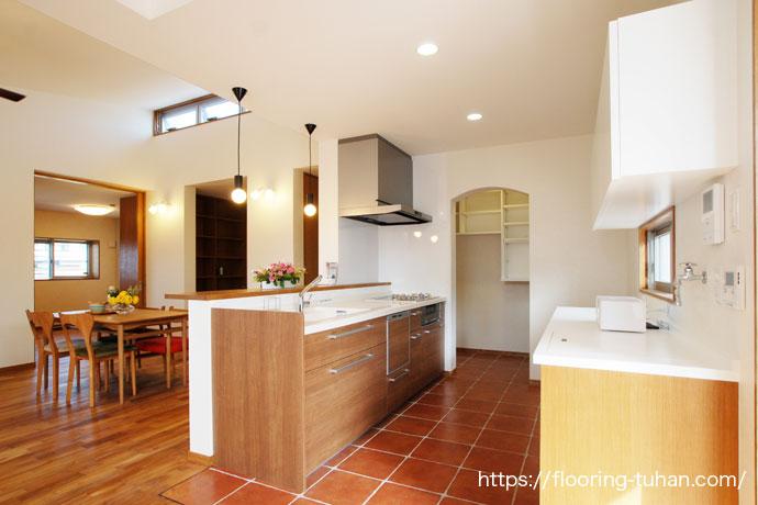 リビングダイニングにチーフローリングの無塗装品を使用して、自然塗装(オスモクリアカラー)で仕上げたお家