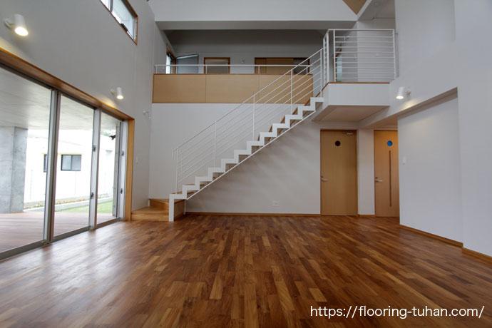 広々としたリビングダイニング、床材にチーク無垢フローリング無塗装品を使用した戸建て住宅