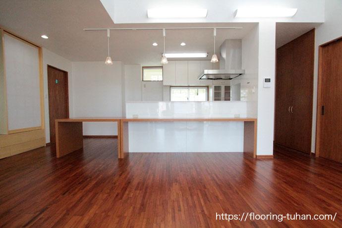 チークフローリングを住宅のキッチン床に使用した、戸建て住宅(チーク/無垢床材/床材/無垢)