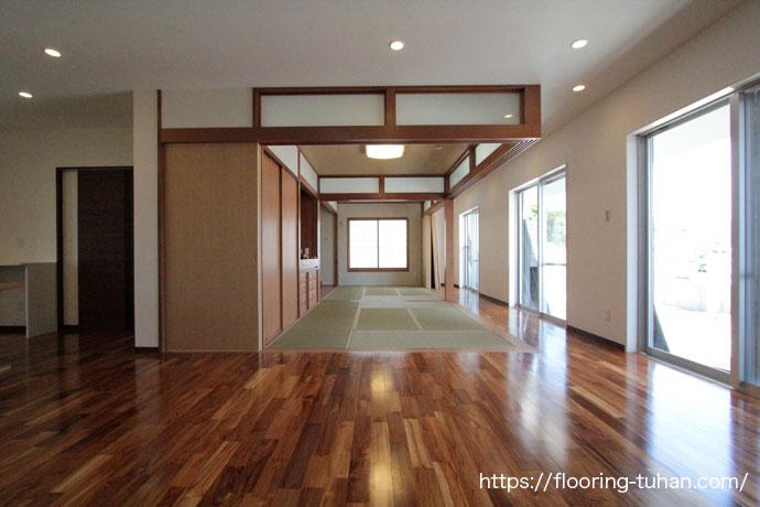 耐水耐久性にも強いチーク材をリビングに使用した戸建て住宅