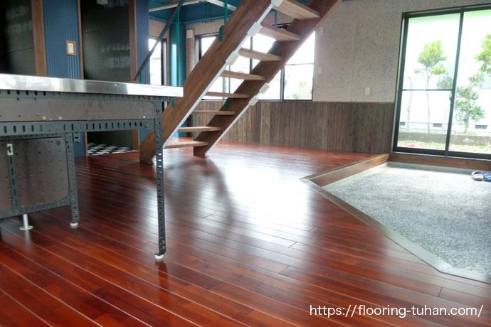 チーク材の色合いが美しい床