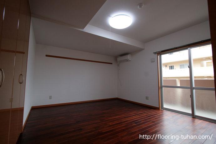 チーク着色フローリングをアパートの脱衣所や玄関に採用