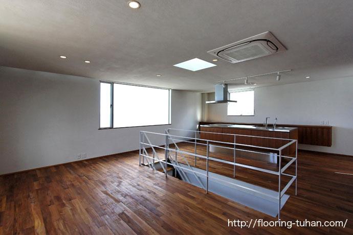 広々としたキッチン周りにチークフローリングを使用したお宅2