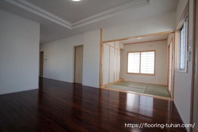 ブラウンチーク90巾フローリングをリビングダイニングの床材として採用(チークフローリング、無垢材)