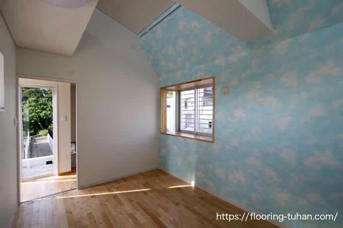 チーク無垢フローリングを貼り、落ち着いた空間に仕上げた部屋