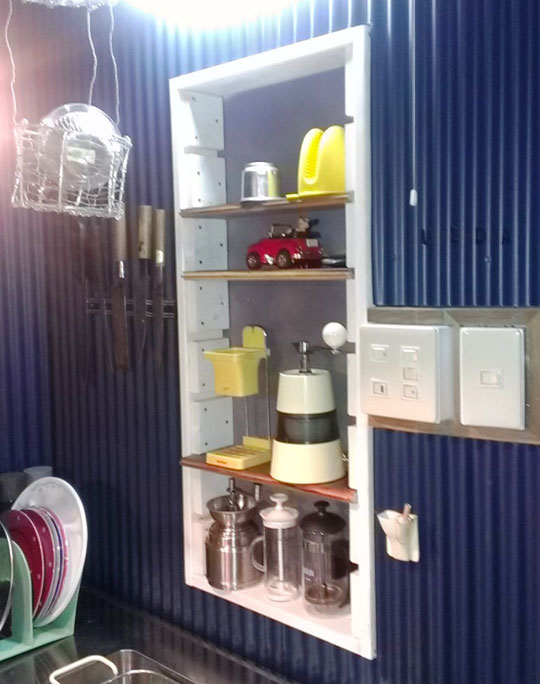 チーク端材で作った手作りのキッチン棚