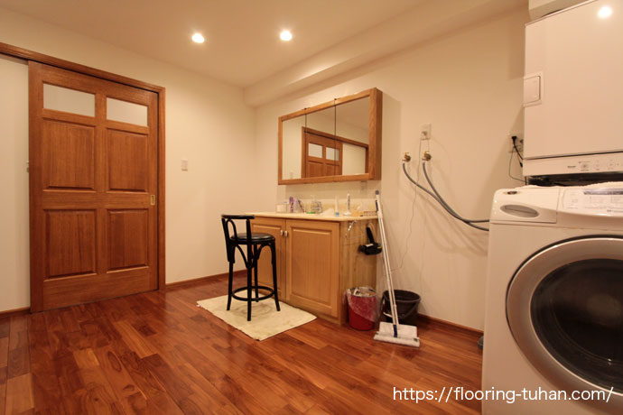 チーク無垢フローリングを脱衣所(ランドリールーム)の床材として使用した住宅(チーク材/フローリング/無垢材/ブラウンチーク)