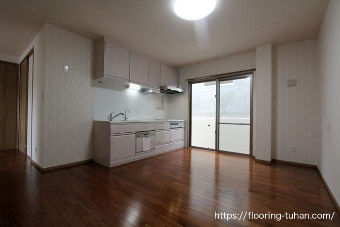 湿気に強いチークフローリングをキッチン周りの床材として使用した戸建て住宅