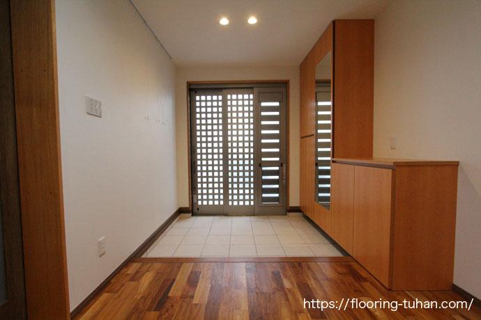 チークフローリングを玄関の床材として使用した戸建住宅