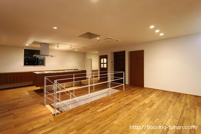 広々としたキッチン周りにチークフローリングを使用したお宅