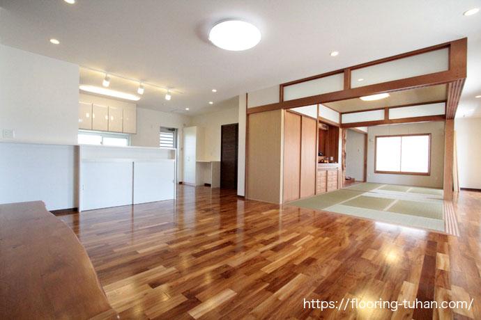 チーク無垢フローリングを戸建住宅の床材として採用(リビングダイニング/キッチン/ダイニング/リビング)