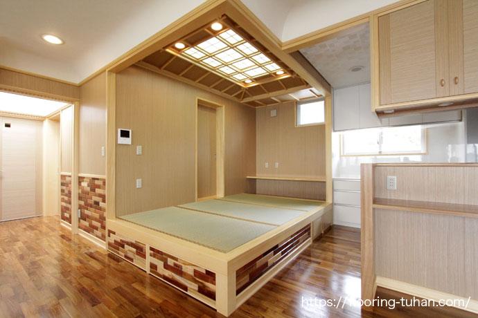リビングダイニングにチークの無塗装品、その一角に畳間を配置したお宅