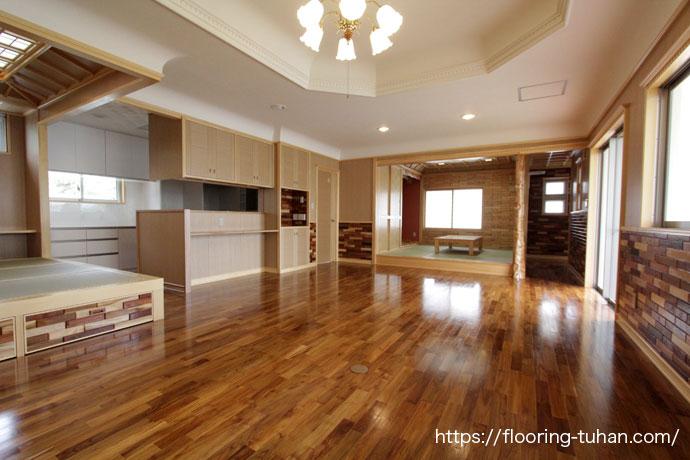 壁の一部や床材に、無垢でできた家(チーク無垢フローリング/チーク材/無垢床材/フローリング材)