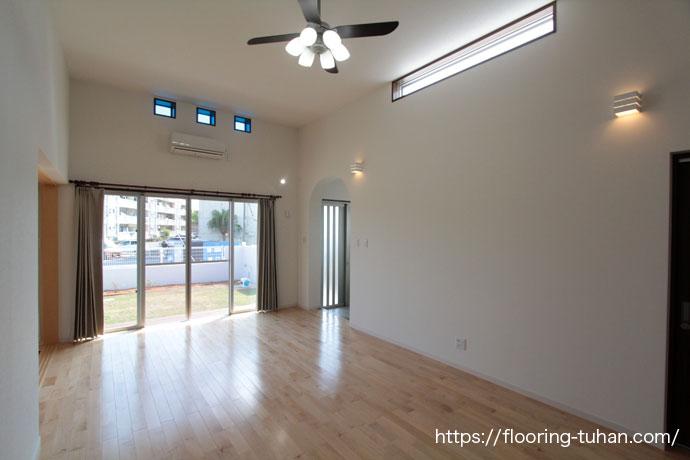 キッチンからリビングは広々と見渡せる室内で天井も高くカバ桜無垢フローリングを使用したとても解放的なリビング