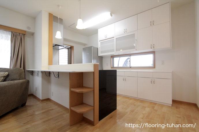キッチンに白フローリングのカバ桜材を使用したお家